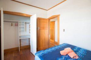 Einbaukleiderschrank im Zimmer Kaitiaki